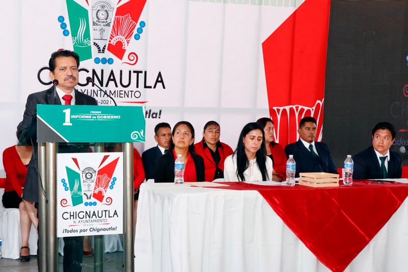 Luciano Aparicio Rodrigo, al rendir su 1er Informe de Gobierno reportó inversiones por 64 millones de pesos para realizar 60 obras en Chignautla, Puebla