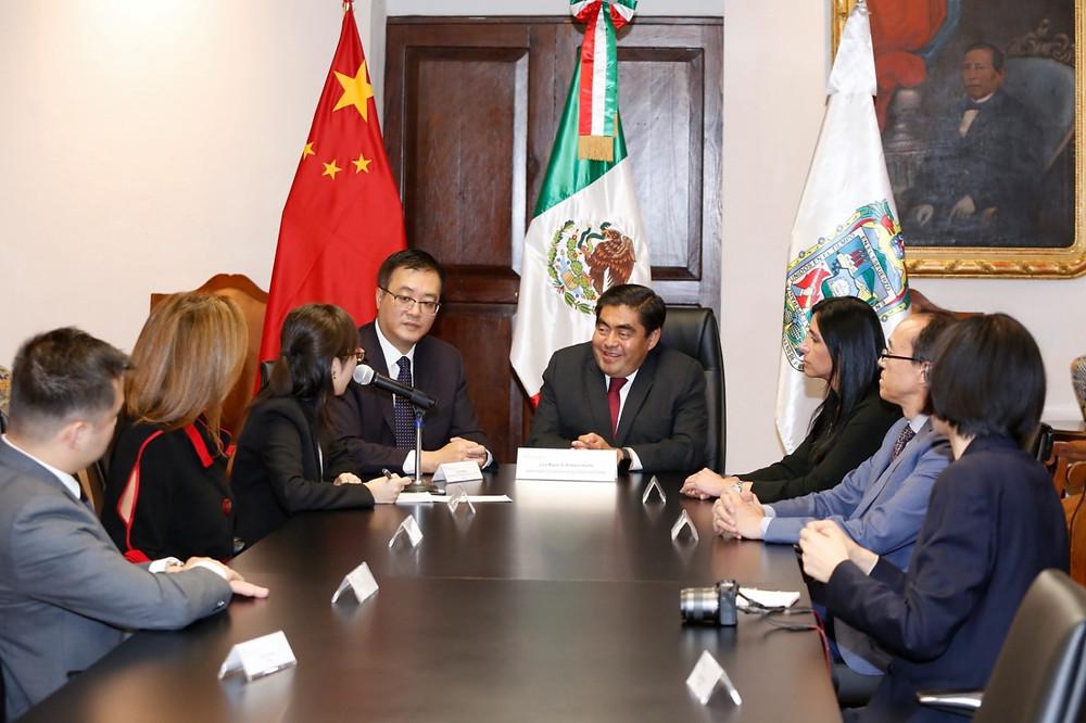 El gobernador Miguel Barbosa y en embajador chino, Zhu Qinggiao, exploran proyectos de inversión en Puebla
