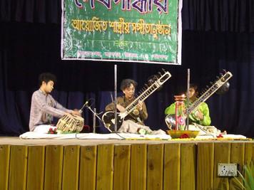 「ライブ in Habra, India」