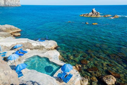 Pool mit Blick aufs Meer