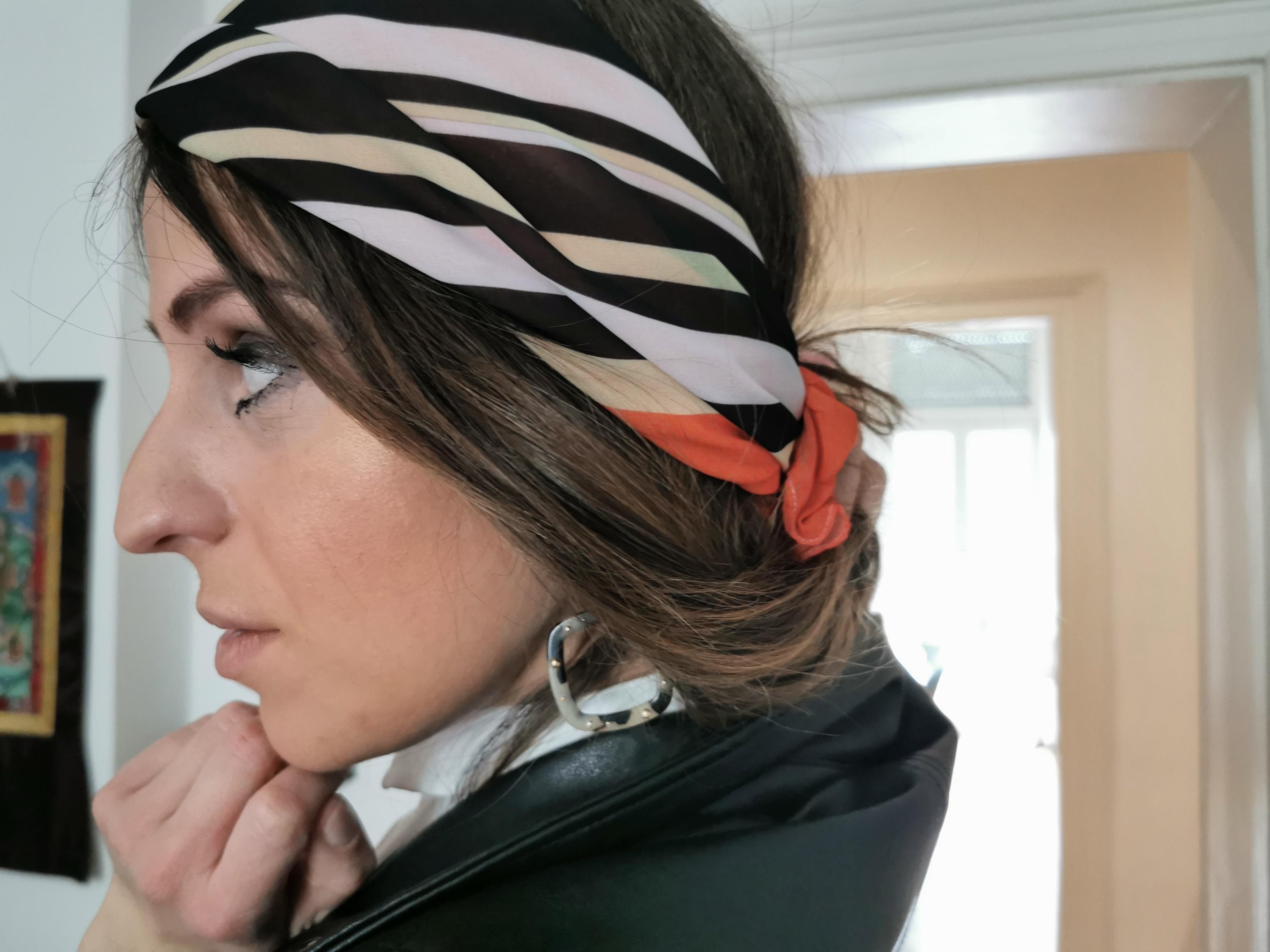 Foulard noir et orange présenté par Oriane Stern