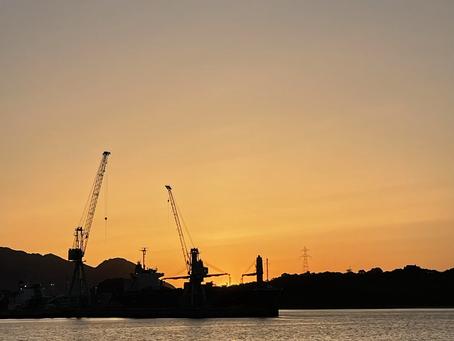 夕日と造船所