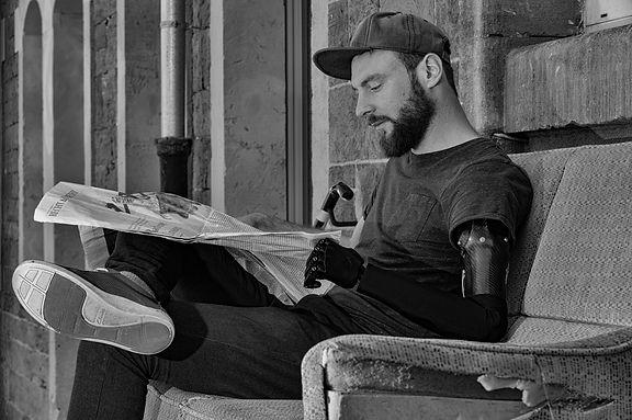 Zeitung lesen mit Handprothese