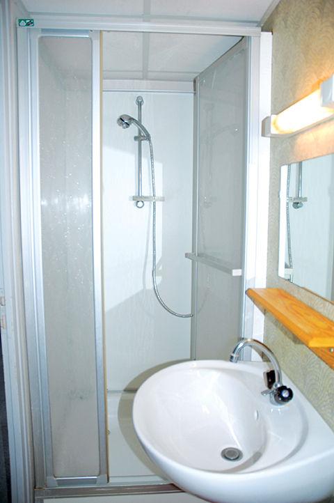 photo d'une douche d'une chambre de la résidence habitat jeunes de saint-dié des vosges