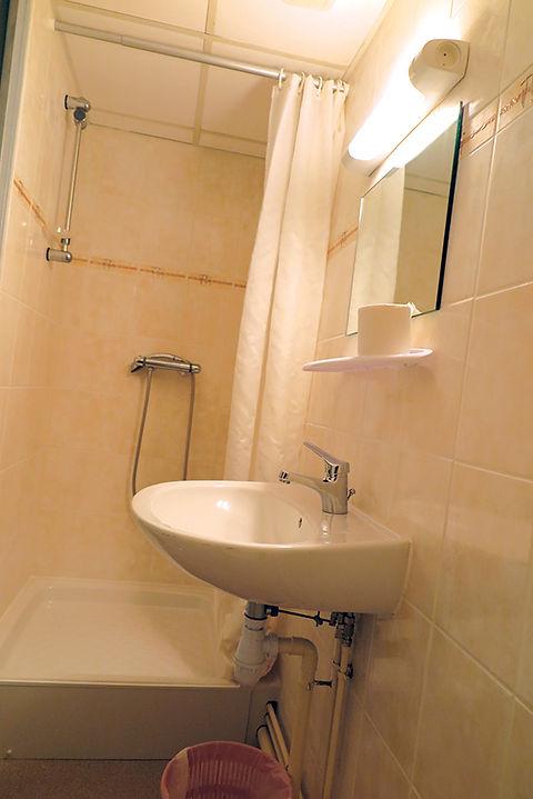 photo d'une douche d'un studio de la résidence habitat jeunes de saint-dié des vosges