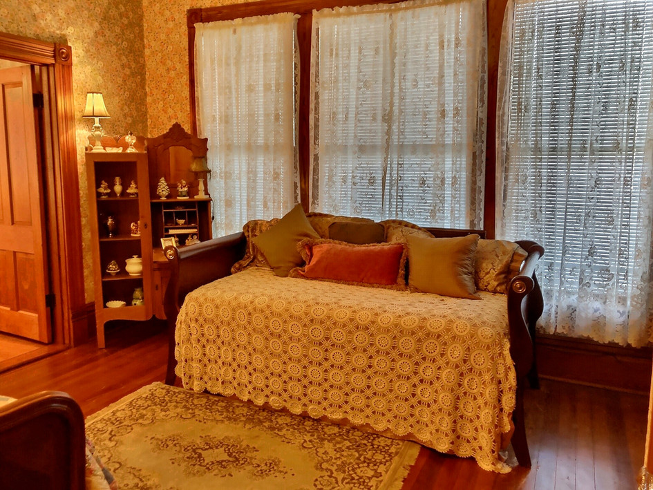 Marigold bedroom - twin trundle bed