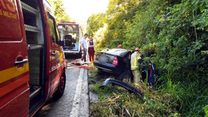 Acidente com três veículos na ERS-122, em Farroupilha Motorista fica preso nas ferragens