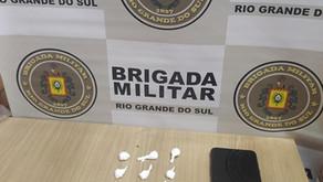 Garibaldi brigada militar aprende drogas o indivíduo possuía 11 buchas de pó branco