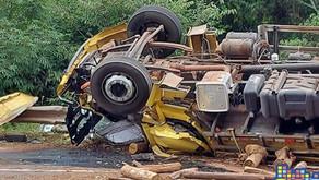 Bento Gonçalves Motorista de caminhão fica ferido em tombamento de caminhão na BR- 470