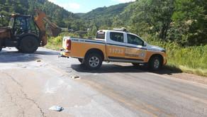 Santana colide em trator e homem fica ferido na ERS-444, no Vale dos Vinhedos