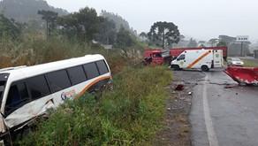 Farroupilha Acidente entre micro-ônibus e caminhão deixa dois feridos na RSC-453