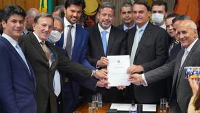 Presidente Bolsonaro entrega à Câmara PL que permite privatização dos Correios