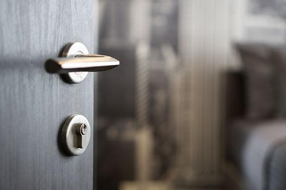 Instalación cerradura en puerta de seguridad