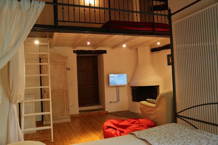 Living with mezzanine view