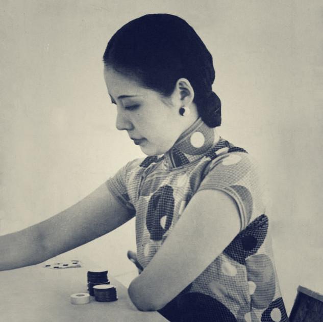 Lady playing square V4.jpg