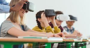 התאמת אוזניות מציאות מדומה לתלמידי בית ספר. ארכיון