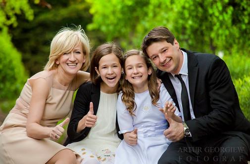 Komunia zdjęcia rodzinne podczas imprezy już po komunii w Kościele