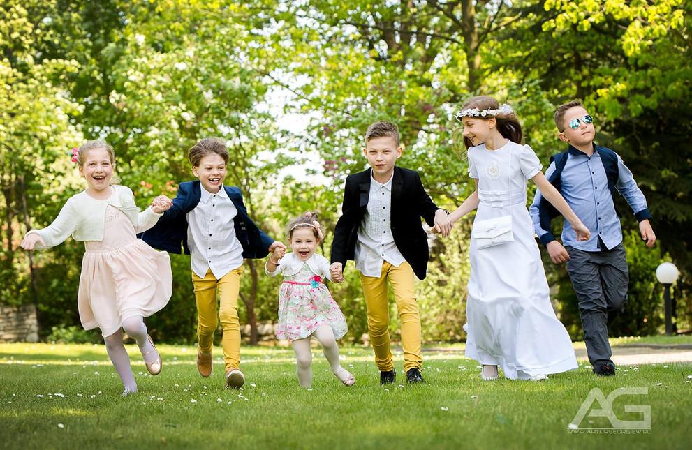 wygłupy podczas zdjęć rodzinnych w trakcie imprezy rodzinej