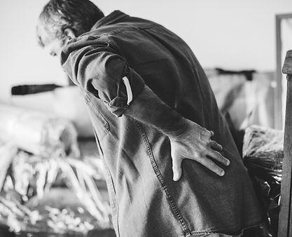 chronischer-schmerz-erwachsener-geste-15