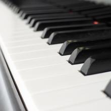 斜めからのピアノの鍵盤