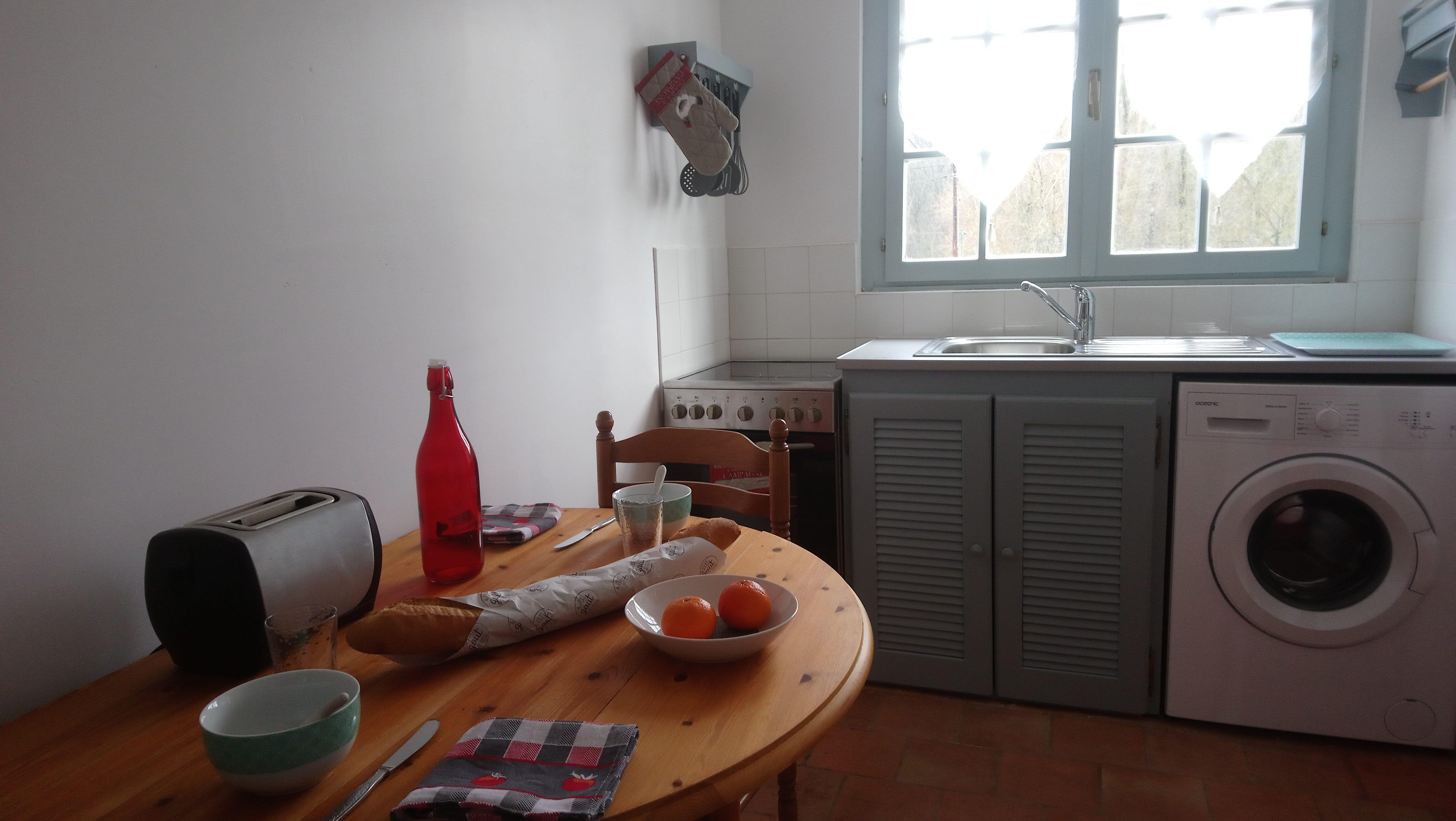 Cuisine - lave linge - vue sur jardin