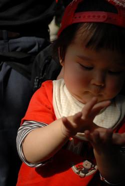 好奇心が溢れる小さな手に。