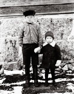 Vappu ja serkku Arvi-30-luvun alussa
