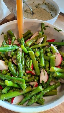 """Salade """"retour de marché"""" aux légumes printaniers, sauce verte au tahini"""