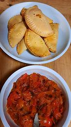 Pastels au thon et sauce épicée aux oignons