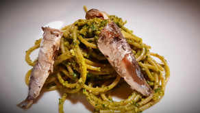 Sardines sorties de boîtes sur spaghetti au pesto de persil citronné