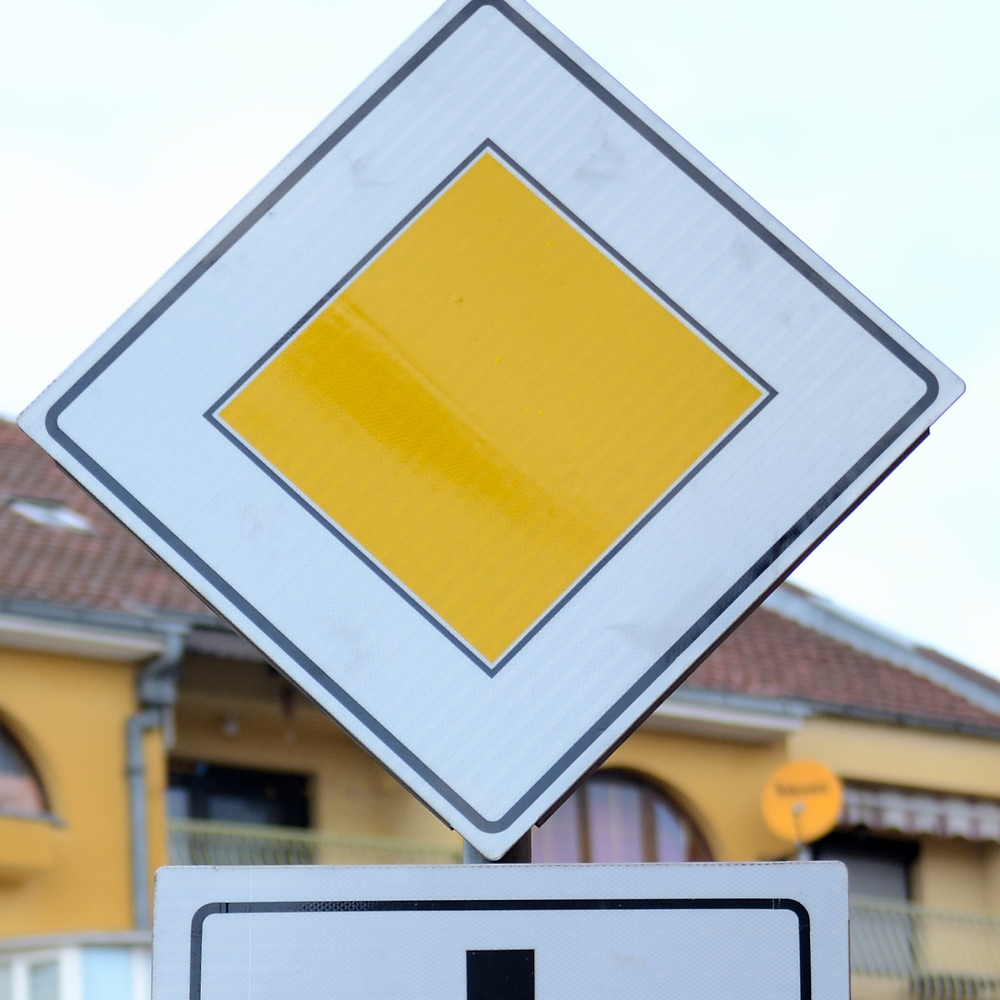 Italian Road sign right of way