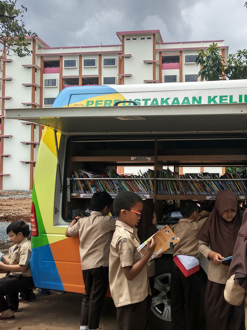 Our grade 3 students focus on reading books from the mobile library Kabupaten Tangerang
