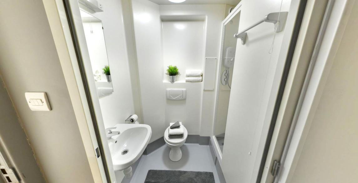 glas_bf_standard_bathroom_1_vt.jpg