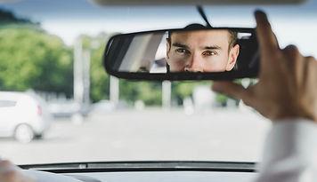 motorista-masculina-consideravel-que-aju