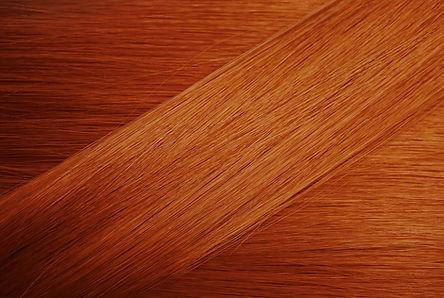 ヘアカラーのしくみ  一時的および半永久的な染毛剤は、髪のキューティクル部分にのみ染まります。  それらは通常、キューティクルの開口部に滑り込む小さな色素分子を含んでいます。    これらの色にはアンモニアが含まれておらず、  通常は現像液を使用しないか、非常に少量の現像液を使用するためです。    これは、プロセス中に毛幹が完全に開かれていないことを意味します。  (皮質の)自然な髪の色はそのままです。  それらはシャンプーで簡単に洗い流され、かなり速く色あせます。