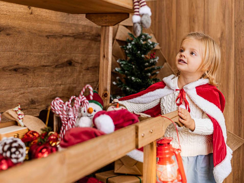 Fotografías de Sesión de Navidad, Niña con Candy Bar navideño, Fotografías de Sesión de Navidad, Christmas Photo Session,