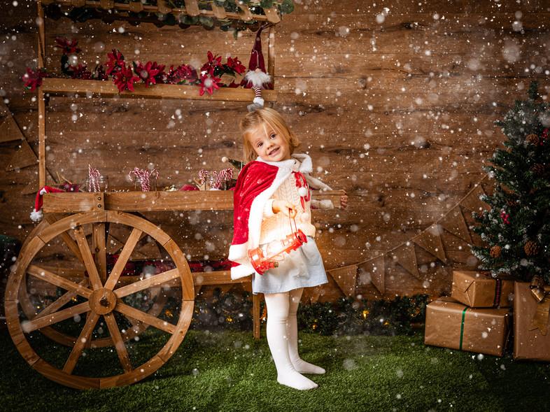 Fotografías de Sesión de Navidad, Christmas Photo Session, Niña con Candy Bar Navideño
