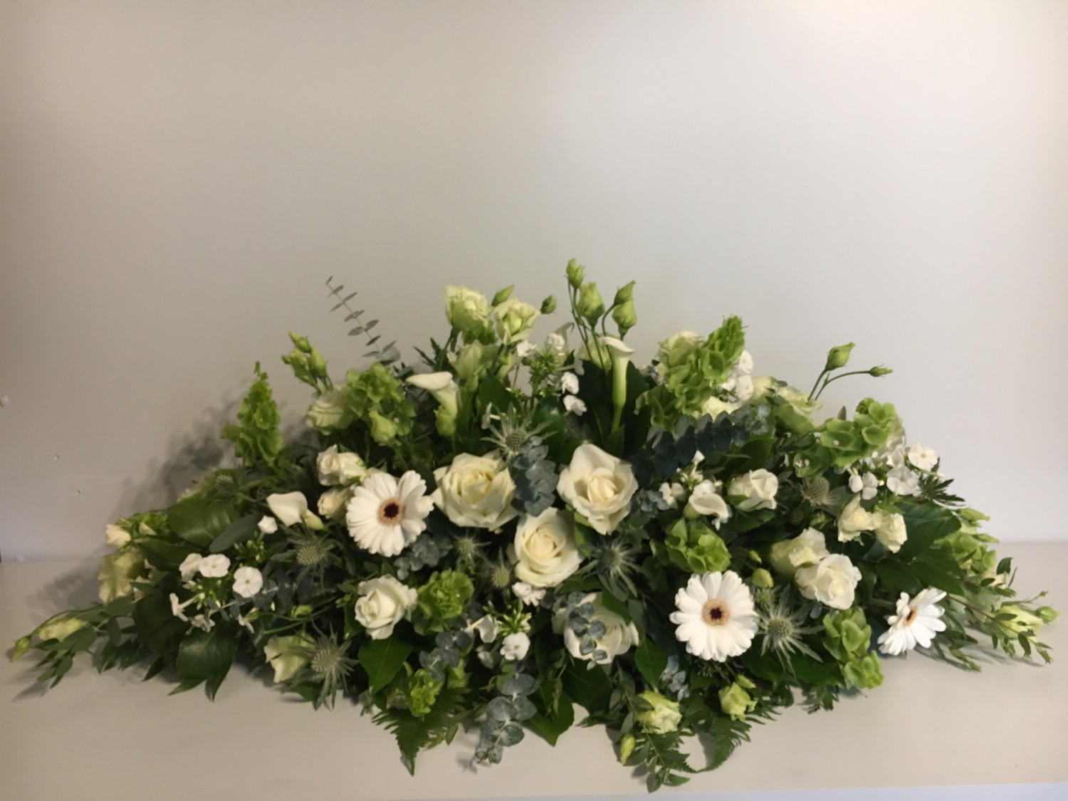 Ivory Long and low Tope table flowers