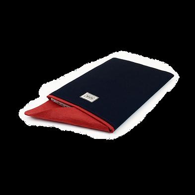 İçerisine MacBook Pro Retina 13 inç yerleştirlmiş bir MacBook kılıfının kapağının nasıl kapatıldıını gösteren bir fotoğraf. Kırmızı ve Lacivert renkli bir MacBook kılıfı içerisine yerleştirilmiş bir MacBook Pro Retina 13 inç. Ketche markalı MacBook kılıfları ve uyumlu oldukları MacBook Modelleri. Ketche Basics MacBook Sleeve MacBook Kılıf MaBook Pro 16 inç New Model lA2141 2019 kılıfı, MacBook Pro 15 inç Touchbar Model A1707 A1990 2016 kılıfı, MacBook Pro Retina 15 inç Mode A1398 Mid 2012 Mid 2015 kılıfı, MacBook Pro 13 inç Touchbar Model A1706 A1989 A1708 kılıfı, MacBook Pro 13 inç Retina Model A1502 A1425 Kılıfı, MacBook Air 13 inç Model A1466 A1369 Esnek Kılıf, New MacBook Air 13 inç Touch ID Model A1932 2018 kılıfları.