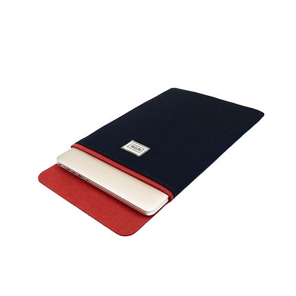 Kırmızı ve Lacivert renkli bir MacBook kılıfı içerisine yerleştirilmiş bir MacBook Pro Retina 13 inç. Ketche markalı MacBook kılıfları ve uyumlu oldukları MacBook Modelleri. Ketche Basics MacBook Sleeve MacBook Kılıf MaBook Pro 16 inç New Model lA2141 2019 kılıfı, MacBook Pro 15 inç Touchbar Model A1707 A1990 2016 kılıfı, MacBook Pro Retina 15 inç Mode A1398 Mid 2012 Mid 2015 kılıfı, MacBook Pro 13 inç Touchbar Model A1706 A1989 A1708 kılıfı, MacBook Pro 13 inç Retina Model A1502 A1425 Kılıfı, MacBook Air 13 inç Model A1466 A1369 Esnek Kılıf, New MacBook Air 13 inç Touch ID Model A1932 2018 kılıfları.