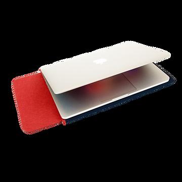 İnce bir MacBook kılıfı üzerine yerleştirilmiş bir MacBook. Kırmızı ve Lacivert renkli bir MacBook kılıfı içerisine yerleştirilmiş bir MacBook Pro Retina 13 inç. Ketche markalı MacBook kılıfları ve uyumlu oldukları MacBook Modelleri. Ketche Basics MacBook Sleeve MacBook Kılıf MaBook Pro 16 inç New Model lA2141 2019 kılıfı, MacBook Pro 15 inç Touchbar Model A1707 A1990 2016 kılıfı, MacBook Pro Retina 15 inç Mode A1398 Mid 2012 Mid 2015 kılıfı, MacBook Pro 13 inç Touchbar Model A1706 A1989 A1708 kılıfı, MacBook Pro 13 inç Retina Model A1502 A1425 Kılıfı, MacBook Air 13 inç Model A1466 A1369 Esnek Kılıf, New MacBook Air 13 inç Touch ID Model A1932 2018 kılıfları.