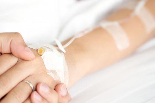 mano-hombre-que-sostiene-mano-paciente-m