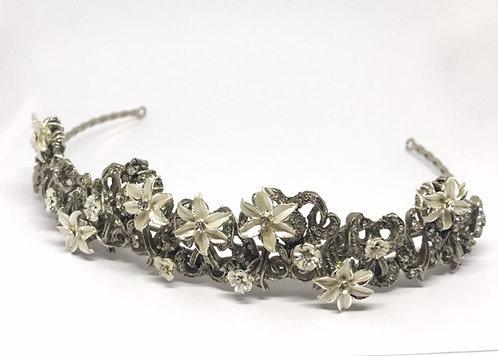 Tiara en laton forjado con incrustaciones en plateado y pedreriaen flor