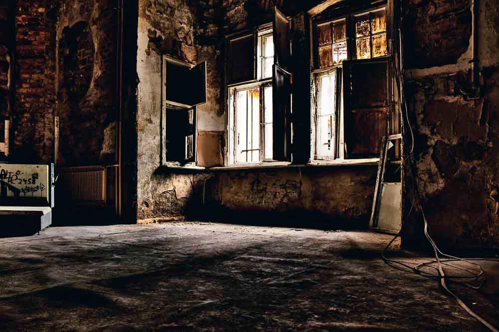 Beelitz, Heilstaetten, verlassener Raum, rustikale Wände, Vintage, Lostplace, Fensterfront