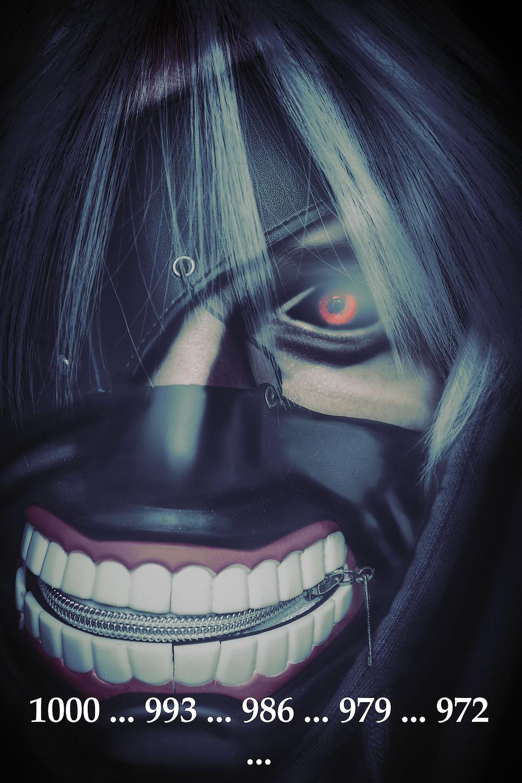 Tokyo Ghoul Cosplay mit Maske und weißer Perücke dazu die Zahlen 1000 993 986 979 972 aus dem beliebten Anime