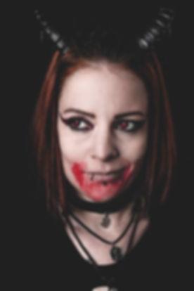 Model Jenny als verschmitzter Sukkubus