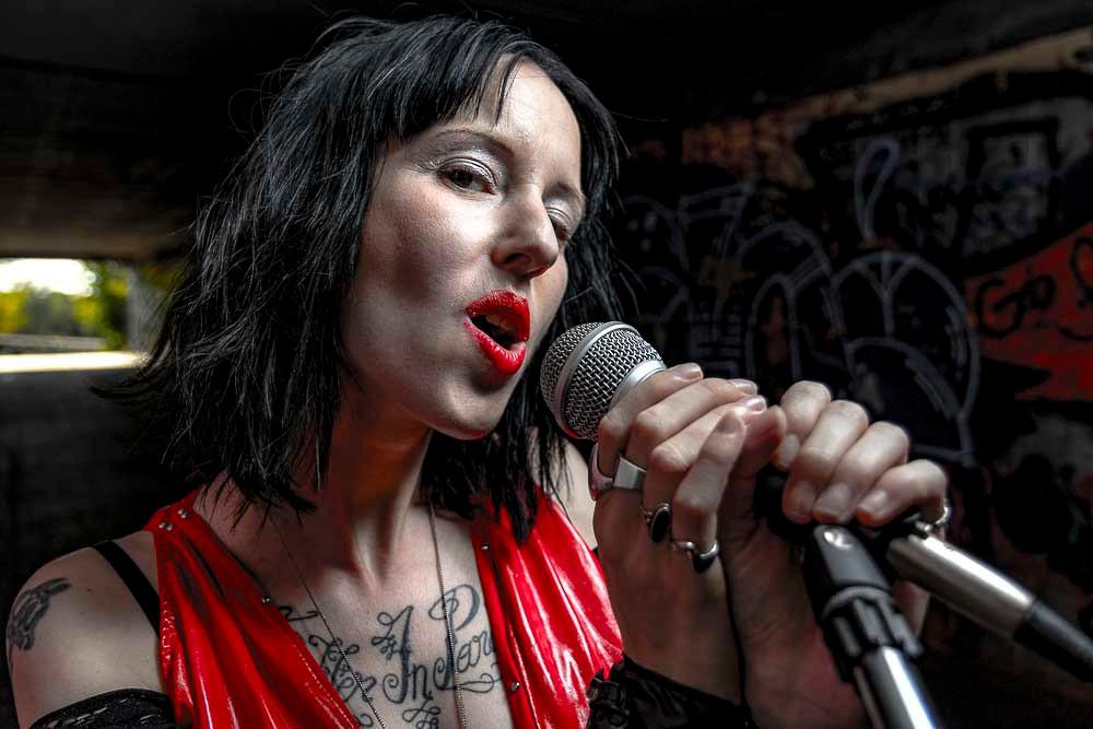 Sangerin Vio - Suffer in Paradise beim Singen