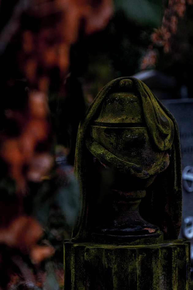 Skulptur auf dem Friedhof in Prag Urne