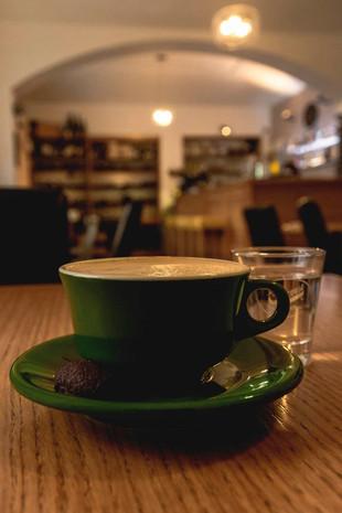Kaffee in Prag - gruene Tasse in schnuckeligem Prager Cafe
