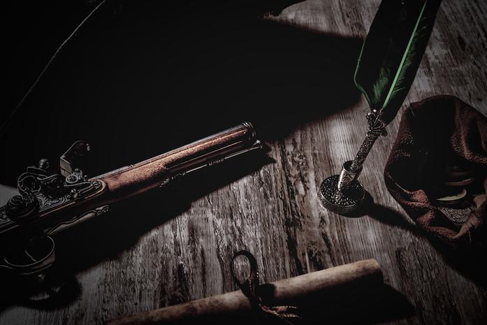 Piratentisch-Schriftrolle-Muenzen-Pistole-Schreibfeder-Dreispitz